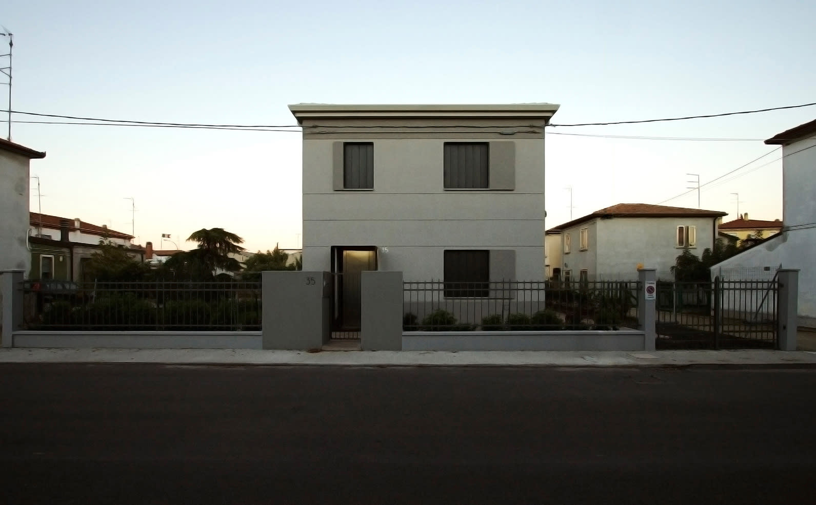 Italian houses a collection curated by divisare for Casa grigia